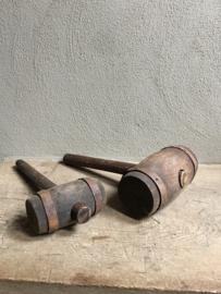 Grote oude houten hamer slaghamer hout landelijk stoer industrieel met metalen beslag groot grof