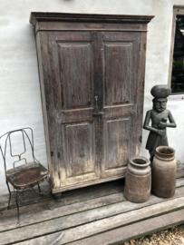 Prachtige grote oude vergrijsd houten kast 2deurs linnenkast landelijk sober industrieel stoer oud hout houten
