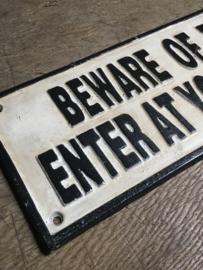 Gietijzeren tekstbord naambord beware of the Dog enter at your own risk hond