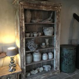 Grote oude houten kast legplanken sober landelijk stoer groot hout vergrijsd beige boekenkast keukenkast