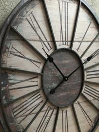 Landelijk grijsbruine klok ovaal ovale grijs beige vintage industrieel wandklok