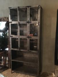 Grote industriële metalen kast vitrinekast ijzer landelijk industrieel grijs 9 deurtjes glas metaal
