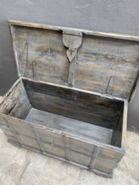 Oude vergrijsd houten kist dekenkist  tafel salontafel bijzettafel bankje  landelijk stoer industrieel 97 x 46 x 60 cm