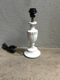 Vergrijsd houten lampje lamp tafellampje bedlampje landelijk wit whitewash crème  hout lampevoetje