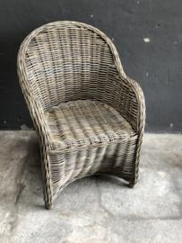 Vergrijsd rotan rieten stoel stoelen stoeltje stoeltjes fauteuil landelijk stoer met zwart stoffen kussen landelijk