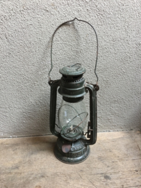 Brocante oude metalen olielamp olielampje stormlamp multi color stormlampje landelijk groen khaki legergroen turkoise groenblauw blauw stoer kandelaar