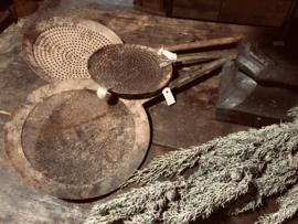Grote oude zeef spaan oud bruin roest landelijk stoer groot lepel schaal