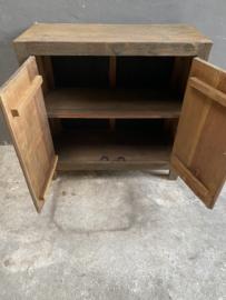 Oud stoer houten kastje kast dressoir 2 deurs 90 cm landelijk oud beslag ringen industrieel wastafelmeubel
