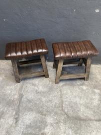 Stoere kruk met lederen zitting krukje vintage industrieel landelijk bruin vergrijsd houten poten