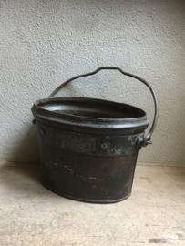 Degelijke oude metalen emmer bak grijsbruin zwart met hengsel landelijk industrieel industriële boeren oud