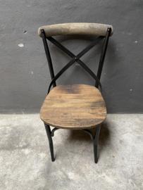 Stoere metalen landelijke industriële stoel stoelen houten zitting leuning vintage zwart hout industrieel landelijk stoer