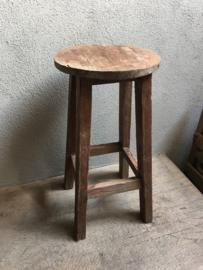Stoere oude vergrijsd houten ronde barkruk kruk krukje 40 x 50 cm bijzettafel tafeltje rond stoer landelijk hout