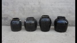 Zwarte stenen kruik zwart pot vaas sober vintage landelijk industrieel oud robuust boerenpot