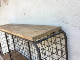 smeedijzeren wandrek wandplank landelijk vakken kapstok wandkapstok draadmand wandplank schap rek  industrieel metaal hout strak eenvoudig wandplank houten legplanken