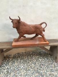 imposant gietijzeren beeld stier bull tuinbeeld of voor binnen ornament tuinornament  roest