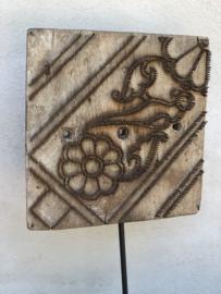 Oude stempel op zwart statief vintage combi metaal hout landelijk industrieel