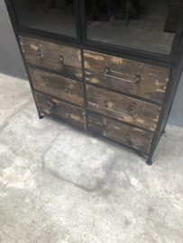 Prachtige grote metalen kast vitrine met truckwood houten kast vitrine vitrinekast servies landelijk stoer zwart naturel hout