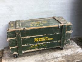 Oude houten kist legerkist tafel salontafel op wielen wieltjes vintage army khaki landelijk stoer groen