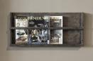 Vergrijsd grijs grey houten wandrek lectuurbak wand schap fotolijstjes boeken landelijk magazine tijdschriftenrek landelijk industrieel stoer