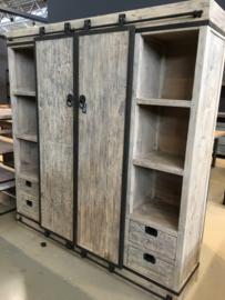Stoere grote vergrijsd houten industriële landelijke kast industrieel landelijk schuifdeur schappen metaal houten hout metalen