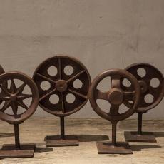 Gaaf groot gietijzeren tandwiel S wiel metaal metalen ornament op voetje standaard industrieel landelijk roestbruin vintage robuust urban