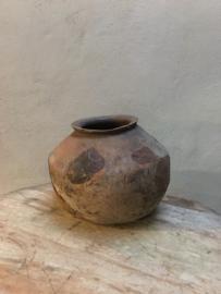 Grote Oude houten pot met metalen beslag zink zinken kruik vaas hout oud landelijk stoer robuust groot