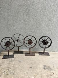 Oud metalen wiel op statief wieltje ornament op voetje industrieel stoer urban vintage landelijk