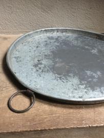 Metalen dienblad rond schaal  handvaten ringen grijsbruin ronde industriële industrieel landelijk Brocant stoer metaal