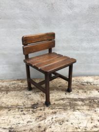 Zwaar degelijk kinderstoeltje vintage industrieel schoolbankje landelijk metaal hout retro stoer