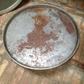 Oud metalen dienblad rond schaal ronde industriële grijs grijsbruin industrieel landelijk Brocant stoer metaal