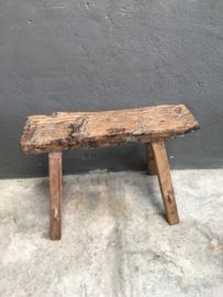 Oud houten krukje kruk bankje landelijk stoer robuust grof oud hout
