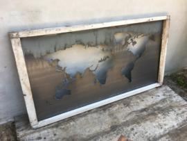 Stoer groot Wandpaneel wanddecoratie wandornament metalen landkaart wereldkaart in oude vergrijsd wit doorgeschuurde houten lijst landelijk industrieel stoer