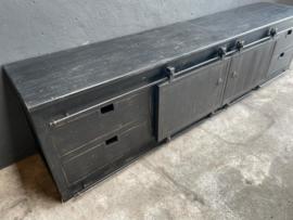 Stoer zwart houten tv meubel televisiekast dressoir kast sideboard landelijk stoer industrieel metalen beslag schuifdeuren lades