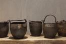 Oude metalen kookpot pot kruik ketel landelijk industrieel vintage urban bruin