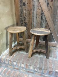 Stoere oude houten ronde kruk krukje bijzettafel tafeltje rond stoer landelijk hout vintage industrieel