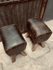 Vintage kruk met stoere leren zitting gym bok landelijk industrieel geruwd ruw bruin leer hout