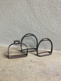 Losse oude metalen stijgbeugels stijgbeugel landelijk brocant industrieel stoer metaal metalen