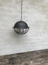 Oude metalen leger army helm lampekap legerhelm lampenkap met korf incl ketting lamp hanglamp helmlamp lampekap