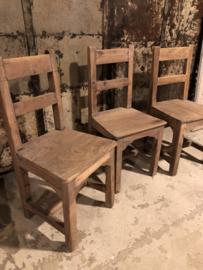 Stoer oud houten stoel kinderstoeltje stoeltje landelijk doorleefd vergrijsd vintage hout sloophout