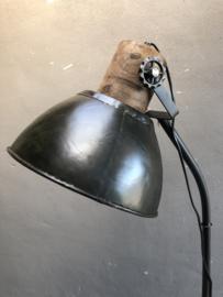 Industriële metalen vloerlamp staande lamp met houten details landelijk stoer zwart khaki bruin