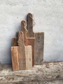 Oude vergrijsd houten plank rechthoekig groot jute touw koord snijplank broodplank kaasplank landelijk railway