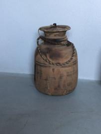 Grote Oude vergrijsd houten kruik pot met deksel boerenpot kruik met grof jute touw landelijk stoer doorleefd Nepal kruik kruikje pot potje landelijke stijl hout houten
