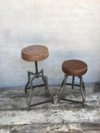 Stoere industriële kruk barkruk draai metalen onderstel leren zitting landelijk industrieel vintage