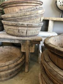 Prachtige oude ronde olijfbak vergrijsd houten schaal bak met oud metalen beslag kaasmal kaasbak landelijk olijfbak