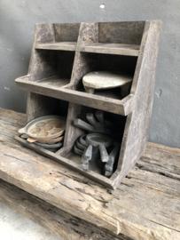 Oud vergrijsd houten gruttersbak vakkenbak grutterskast grutterskastje wandrek stoer landelijk vakkenbak kastje keukenkastje stoer grijs antraciet schap rek hout