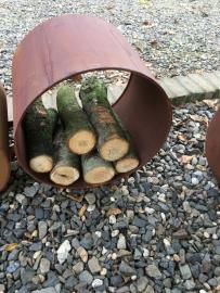 Opbergrek hout roest metalen schap kast rond houtrek houthok openhaardenhout kachelhout