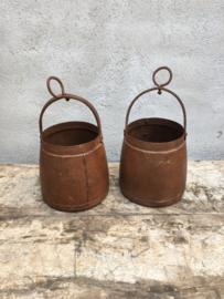 Oude metalen kookpot vuurpot pot kruik bakje met hengsel landelijk industrieel stoer