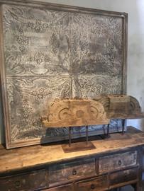 Oud vergrijsd houten ornament op voet landelijk robuust stoer hout raamdecoratie raampaneel industrieel