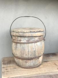 Oude houten boeren emmer met deksel en hengsel bak pot vaas  met oud beslag landelijk stoer vergrijsd