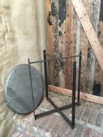 Metalen bijzettafeltje rond dienblad vintage Randda hoge 68 cm hoog model onderstel landelijk industrieel stoer